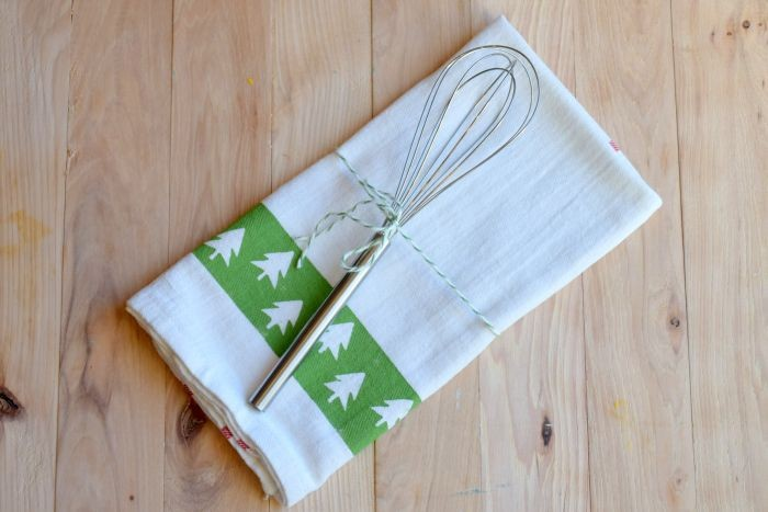How to make stenciled tea towels. A diy easy hostess gift for last minute parties and more!