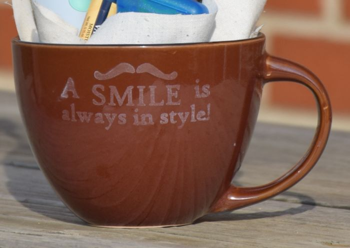 A smile is always in style! How to create this darling etched glass mug as an awesome guy gift! - how to etch mugs #GiftOfPhilips [ad]