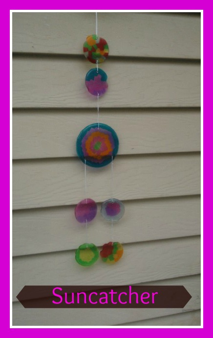 How to Make a Sun Catcher with Pony Beads. #howto #kidscrafts #suncatcher